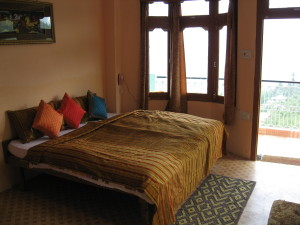 a room of hotel apple pie- hotels in kalpa